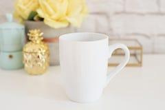 Модель-макет кружки Шаблон кофейной чашки Шаблон дизайна печатания кружки кофе Белый модель-макет кружки Пустое изображение проду Стоковое фото RF