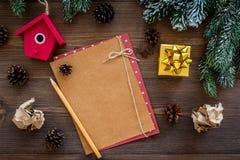 Модель-макет на Новый Год 2018 Лист бумаги, ветви поздравительной открытки близко елевые, конус сосны на деревянном взгляд сверху Стоковые Изображения RF