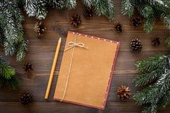 Модель-макет на Новый Год 2018 Лист бумаги, ветви поздравительной открытки близко елевые, конус сосны на деревянном взгляд сверху Стоковое фото RF