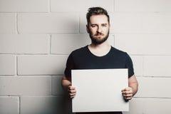 Модель-макет пробела карточки владением человека бороды белый пустой стоковые фотографии rf