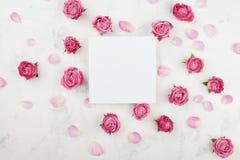 Модель-макет свадьбы с списком белой бумаги, цветками розы пинка и лепестками на светлом взгляде столешницы красивейшая флористич Стоковое Изображение RF