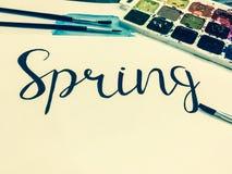 Модель-макет с белой страницей, весной слова, красками и щетками Стоковая Фотография RF