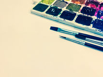 Модель-макет с пустой страницей, красками и щетками с местом для вашего Стоковые Изображения RF