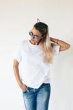 Модель-макет футболки на модели Стоковая Фотография RF