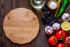 Модель-макет для меню Разделочная доска и овощи на взгляд сверху предпосылки деревянного стола Стоковая Фотография RF