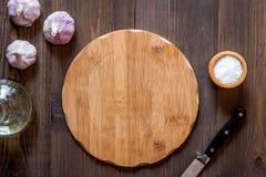 Модель-макет для меню Разделочная доска и овощи на взгляд сверху предпосылки деревянного стола Стоковые Изображения RF