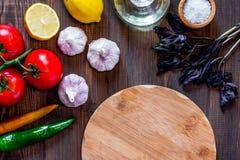 Модель-макет для меню Разделочная доска и овощи на взгляд сверху предпосылки деревянного стола Стоковое Фото