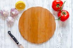 Модель-макет для меню Разделочная доска и овощи на взгляд сверху предпосылки деревянного стола Стоковая Фотография
