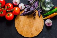 Модель-макет для меню Разделочная доска и овощи на черном взгляд сверху предпосылки Стоковые Изображения