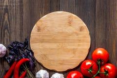 Модель-макет для меню Разделочная доска и овощи на copyspace взгляд сверху предпосылки деревянного стола Стоковое Изображение
