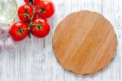 Модель-макет для меню Разделочная доска и овощи на copyspace взгляд сверху предпосылки деревянного стола Стоковая Фотография