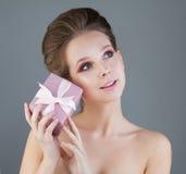 Модель молодой женщины с подарочной коробкой Стоковые Фото