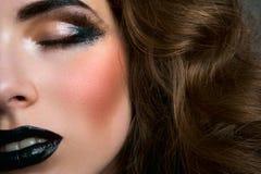 Модель моды женская с закрытыми глазами Стоковое Изображение