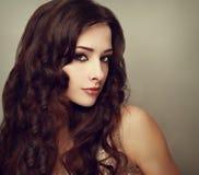 Модель моды роскошная женская с длинным вьющиеся волосы мода Стоковая Фотография RF