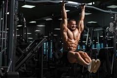 Модель мышечного фитнеса спортсмена мужская вытягивая вверх на турнике Стоковое Изображение RF