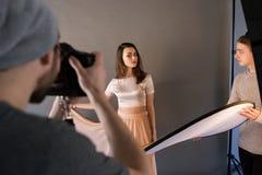 Модель на фотосессии представляя к фотографу Стоковое Изображение