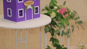 Модель дома и букетов семьи с свежей видеоматериал