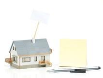 Модель дома и вывешивает ее Стоковая Фотография