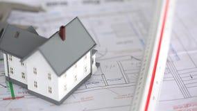 Модель дома поднятая на планах сток-видео
