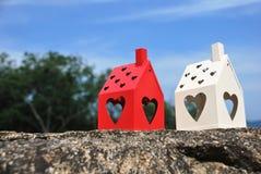 Модель дома с сердцем на утесе стоковые изображения rf