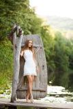 Модель очаровательной длинн-с волосами девушки брюнет привлекательная в белой прогулке платья рекой Эмоциональный атмосферический Стоковое Изображение