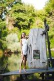 Модель очаровательной длинн-с волосами девушки брюнет привлекательная в белой прогулке платья рекой Эмоциональный атмосферический Стоковая Фотография RF