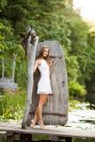 Модель очаровательной длинн-с волосами девушки брюнет привлекательная в белой прогулке платья рекой Эмоциональный атмосферический Стоковая Фотография