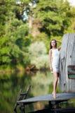 Модель очаровательной длинн-с волосами девушки брюнет привлекательная в белой прогулке платья рекой Эмоциональный атмосферический Стоковые Изображения