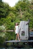 Модель очаровательной длинн-с волосами девушки брюнет привлекательная в белой прогулке платья рекой Эмоциональный атмосферический Стоковое Фото