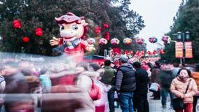 Модель лошади и толпить посетителей на виске Ditan справедливо во время фестиваля весны в Пекине, Китае сток-видео