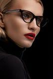 Модель состава моды с красными губами и черной рамкой Eyeglasses Стоковая Фотография RF