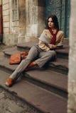 Модель способа в улице Красивая женщина в модных одеждах Стоковое Изображение