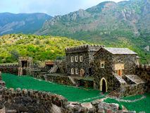 Модель средневекового замка в реальных горах Стоковая Фотография