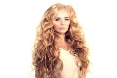 Модель с длинными волнами блондинкы волос завивает парикмахерскую Upd стиля причёсок Стоковая Фотография RF