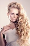 Модель с длинными волнами блондинкы волос завивает парикмахерскую Upd стиля причёсок Стоковая Фотография