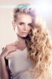 Модель с длинными волнами блондинкы волос завивает парикмахерскую Upd стиля причёсок Стоковые Фото