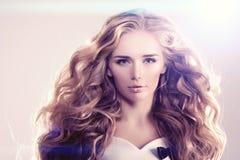 Модель с длинными волнами блондинкы волос завивает парикмахерскую Upd стиля причёсок Стоковые Изображения RF