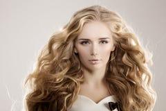 Модель с длинными волнами блондинкы волос завивает парикмахерскую Upd стиля причёсок Стоковое Фото
