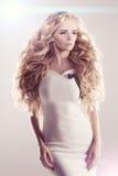 Модель с длинными волнами блондинкы волос завивает парикмахерскую Upd стиля причёсок Стоковое фото RF