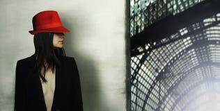 Модель с красной шляпой Стоковое Изображение