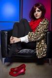 Модель с красными ботинками в ночном клубе стоковое изображение