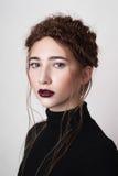 Модель с темнотой - красные губы красоты Стоковое фото RF