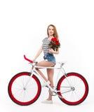 Модель с цветками и велосипедом стоковые изображения rf