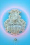 Модель льва головная искусство, высекает для цемента на голубой предпосылке стены Стоковая Фотография RF