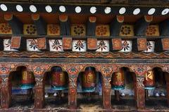 Молитва катит внутри висок Kyichu Lhakhang в долине Paro, Бутане Стоковое Изображение RF