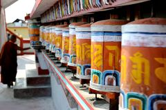 Молитва катит внутри монастырь, Darjeeling, Индию Стоковое фото RF