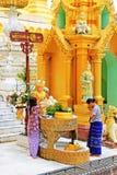 Молитва пагоды Shwedagon, Янгон, Мьянма стоковые изображения