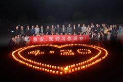 Молитва света горящей свечи Стоковые Фотографии RF