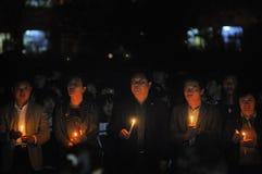 Молитва света горящей свечи Стоковые Изображения RF