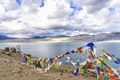 Молитва сигнализирует над озером Tso Moriri в Ladakh, Индии Стоковые Фото